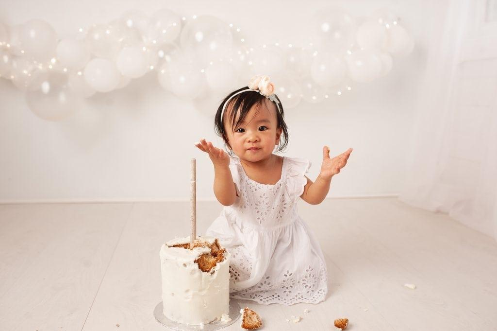 simply white, cake smash, mini session, balloon garland, fairy lights, white, chislehurst, kent, gap, chinese baby, first birthday,