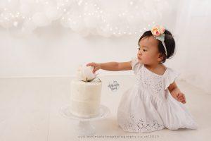 simply white, cake smash, white, balloon garland, ashleigh shea photography, bromley, kent, london, orpington